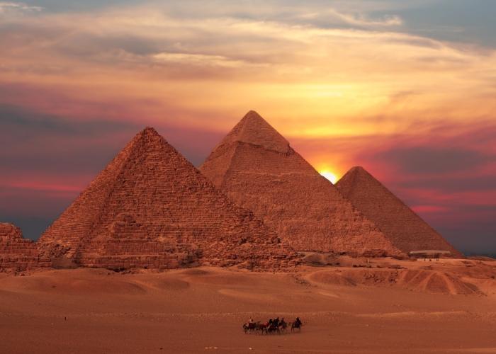 zonsondergang bij de piramides