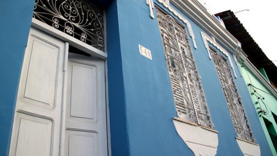 Hospedagem em Salvador - Pelourinho Bahia - Airbnb - Casa Azul - Blog Da Lira - Hospedagem na Bahia - Janelas Francesas