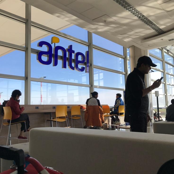 Passagem aérea Uruguai - azul linhas aéreas - como é o voo da azul - internet no aeroporto de carrasco - onde carregar celular no aeroporto
